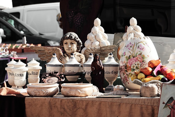 rommelmarkt - tafel met spullen